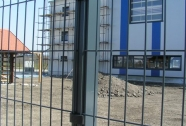Panelna ograja z kvadratnimi stebri